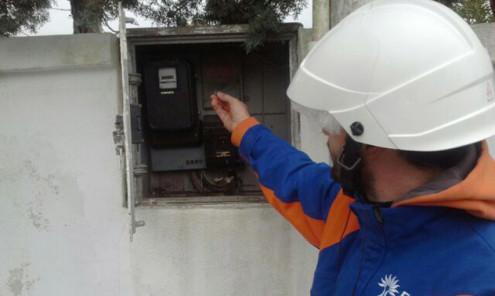 Furto energia Tecnico Enel controlla un contatore manomesso (repertorio)