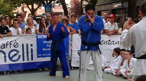 maestro milone kimono blu pronto per la difesa da 3 avversari