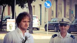 Luigi Galiano insieme con un maresciallo della polizia locale in prossimità del rondò di Borgo Croce