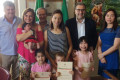 I neocittadini onorari con mamme, sindaco, assessori e consigliere