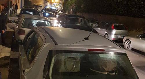 La situazione, domenica sera, in via Francavilla a Oria: auto in sosta ovunque