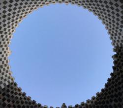 Straordinarie armonie: la torre palombara immortalata dal basso