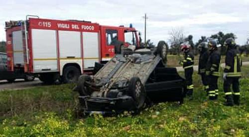 incidente auto ribaltata vigili del fuoco