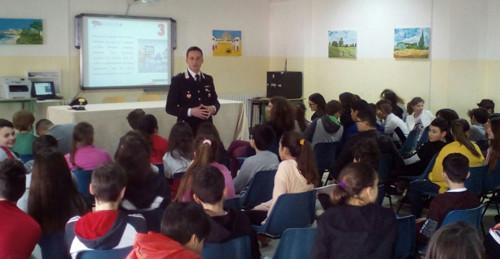 Il tenente Marco Colì (comandante del Norm della Compagnia di Brindisi) parla agli studenti